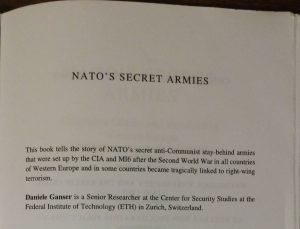 """Boken """"NATO:s secret armies"""" av Daniele Ganser. I boken och dokumentären framgår kopplingen mellan Gladio och högerextrema, fd nazister. De rekryterades eftersom de var pålitliga anti-kommunister. Idag tyder allt på att nuvarande Gladio knyter samman högerkonservativa från olika håll. Och det märkliga är att befintliga partier verkar mer insyltade än nya. Nya partier saknar arvet och påbyggnaden av ingångna avtal."""