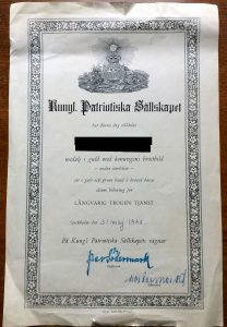After having spent some time in the archives in Arninge outside Stockholm, it seems that this royal award was given to civilians who engaged in the defence after World War 2. For some reason, descendants are often harrassed severely in Sweden.