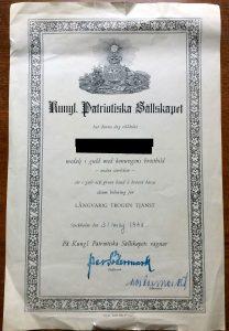 Utmärkelsen från Kungliga Patriotiska Sällskapet har med största sannolikhet använts för att belöna människor för lång och trogen civil tjänst för landet under efterkrigstiden. Av någon orsak är efterlevande ofta utsatta för svåra trakasserier. Det här mörkar svenska regeringar, ansvariga departement och myndigheter.