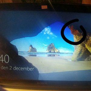 För någon vecka sedan fällde jag upp locket på min laptop och hittade det här - ett plåster fastsatt på skärmen. Kul, eller hur? Ja, jag fattar. Ni har varit här igen.