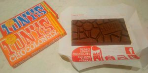 Det här är Toms Chocolonely. Chokladbitarna är ojämna - eftersom även rättvisan är ojämnt fördelad. Det är en holländsk choklad och den är slavfri. Man är noga med att nämna omständigheten att inte ens barnslavar används. Vilken choklad äter du?