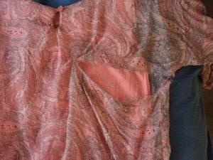 Min aprikosfärgade sidentunika från italienska Giulieta som jag köpte i Coburg fick också en rejäl reva hösten 2017. Även textilier som var magasinerade på Actus för något år sedan har förstörts. Då reagerade jag inte, det kunde ju vara en tillfällighet. Men nu förstår jag att de saboterades. Det var blommiga gardiner från Gudrun Sjödén bl a.